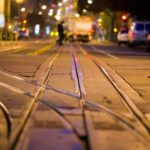 Поворот налево с трамвайных путей на перекрёстке и вне него