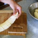 Режем картофель в спираль обычным ножем за считанные секунды